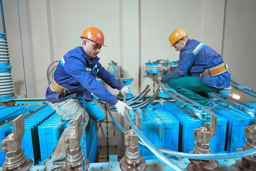 installation de transformateur électrique tête de câble isolateurs sertissage décharges partielles