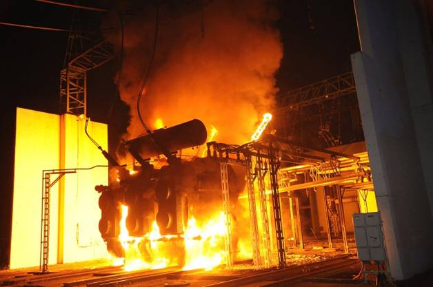 hydrocarbons fire pool below oil transformer after transformer explosion without fire extinguishing system SANERGRID of fire suffocating grating instead of sones or pebbles